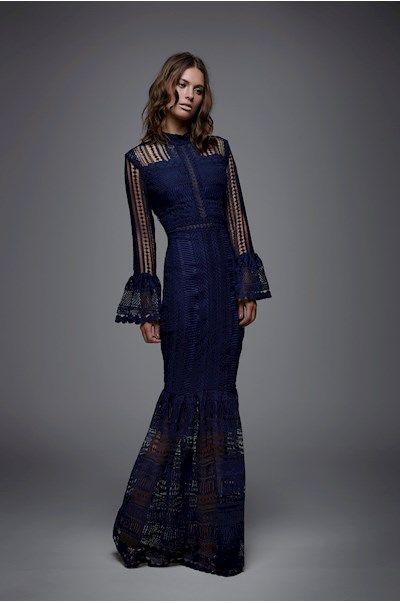 d8ec48cbf Vestido longo em renda azul marinho. Manga comprida em renda com detalhe em  babado no
