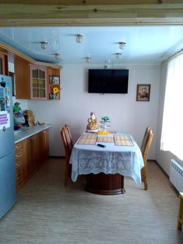 Holiday Home na Pionerskoy Suzdal Holiday Home na Pionerskoy offers accommodation in Suzdal, 3 km from Shchurovo Mound Museum. Featuring free private parking, the holiday home is 300 metres from Museum of Wooden Architecture and Peasant Life.