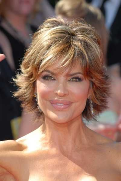 Lisa Rinna Short Layered And Highlighted Emmy Hairstyle Lisa Rinna Hairstyles Women Hairstyles Short Hair With Layers Medium Hair Styles Thick Hair Styles