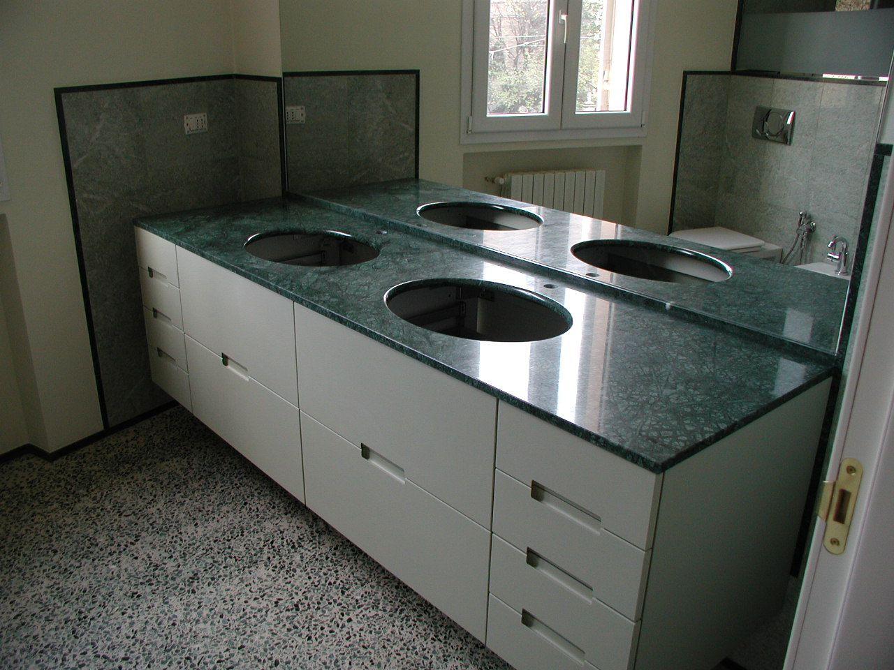 Top lavabo ,arredi paretali e doccia realizzati in Verde ...