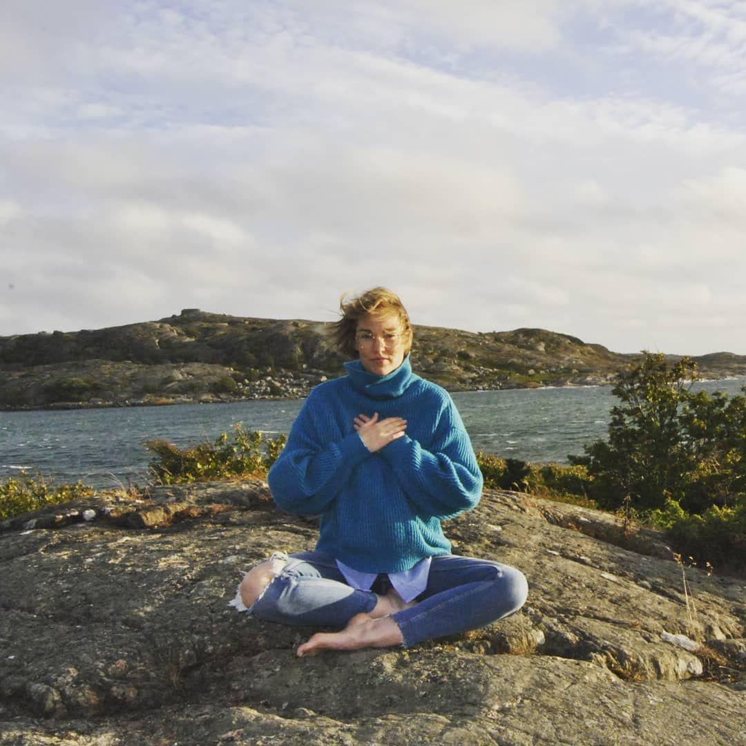 Här sitter jag lite lagom casual i galen blåst och mediterar. Nej, det gör jag ju inte så klart; det...