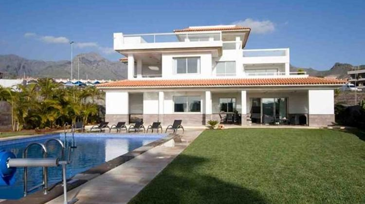 Luxury 5 bedroom Villa with Heated Pool set in Landscaped Gardens in Del Duque, Tenerife. Book now: http://www.azureholidays.com/tenerife/costa-adeje-villas/ah2333-luxury-5-bedroom-villa-with-heated-pool-set-in-landscaped-gardens/