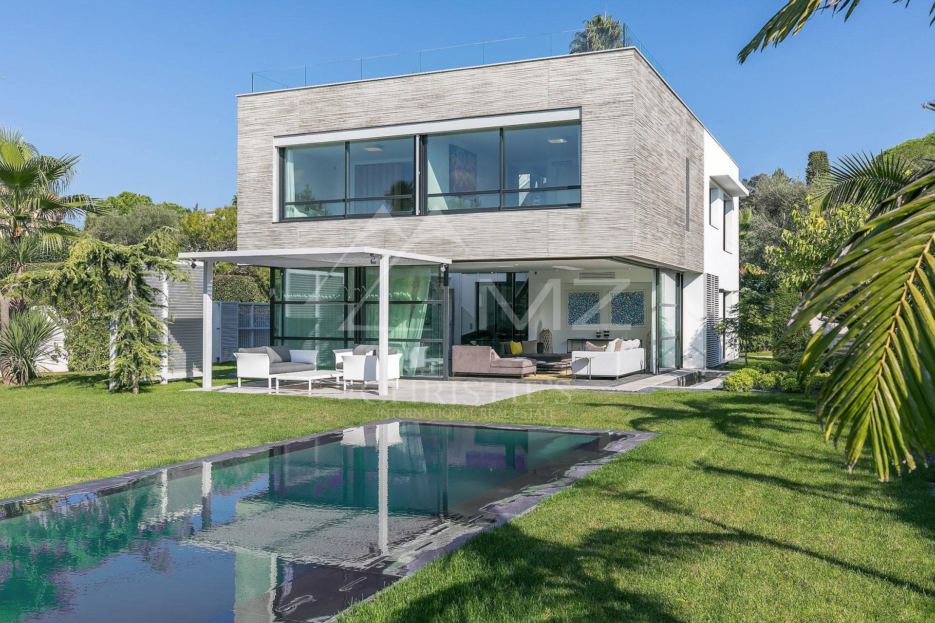 Elegant contemporary villa for sale in Cap d'Antibes, a few minutes from the beaches. Offering luxury design and amenities, this property benefits of a swimming pool, a roof terrace, and its own gym and home cinema. MZICP498 #Sale #CapdAntibes #FrenchRiviera #LuxuryRealEstate #LuxuryHomes #Contemporary #Property #RoofTop #Gym #HomeCinema #SwimmingPool