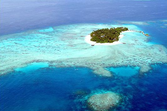 Caroline & Clare On Tour: Making their way by dhoni to the island gem of Makunudu