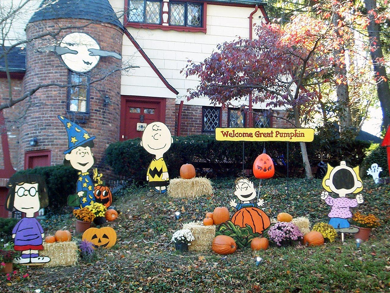 Wooden halloween yard decorations - A Lapin Life It S The Great Pumpkin Charlie Brown Halloween Yard Decorations Best Decorations Of All Time