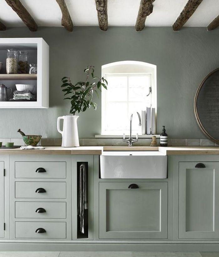 cuisine vert celadon avec plan de travail en bois et lavabo blanc - cuisine verte et blanche