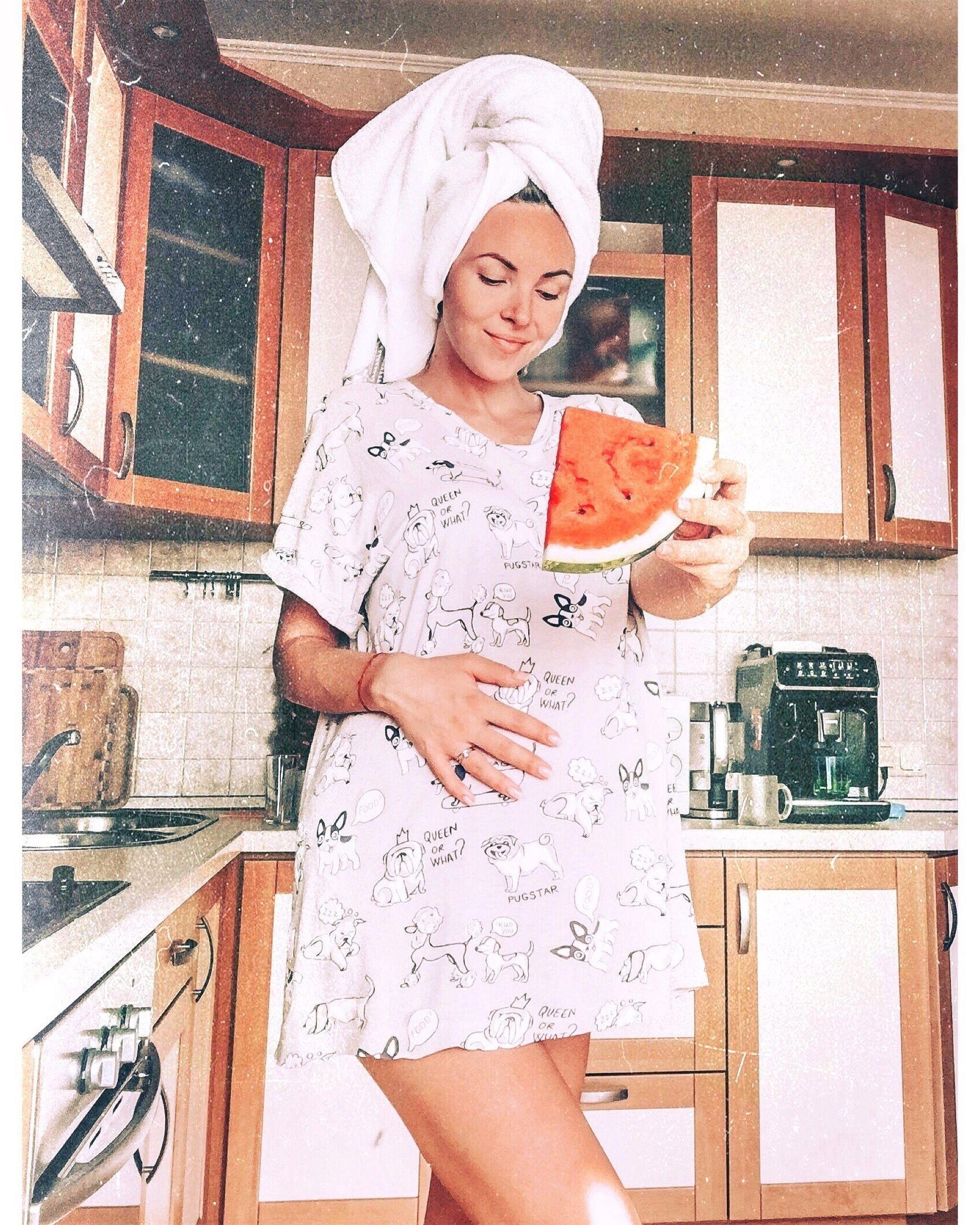Фото дома, фото с арбузом, девушка на кухне, девушка с ...
