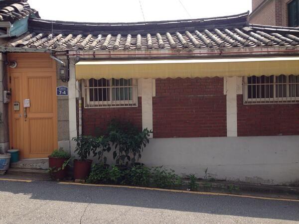 H @days4tripper / 태어나서부터 9살까지, 꼬꼬마 시절 살았던 아현동 집이 아직도 있었다. 기와도, 창문도, 차양막도 그대로다. 대문만 나무문에서 철문으로 바뀌었다. / #골목 #집 #담벼락 / 서울 마포 아현 / 2013 07 27 /