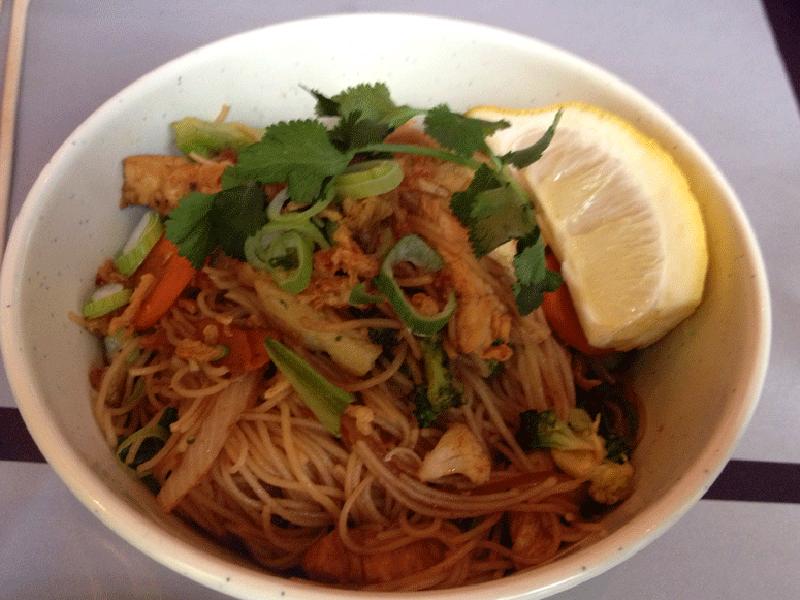 Wok de pollo con fideos vermicelli en el restaurante vietnamita bun bo vietnam barcelona - Restaurante vietnamita barcelona ...