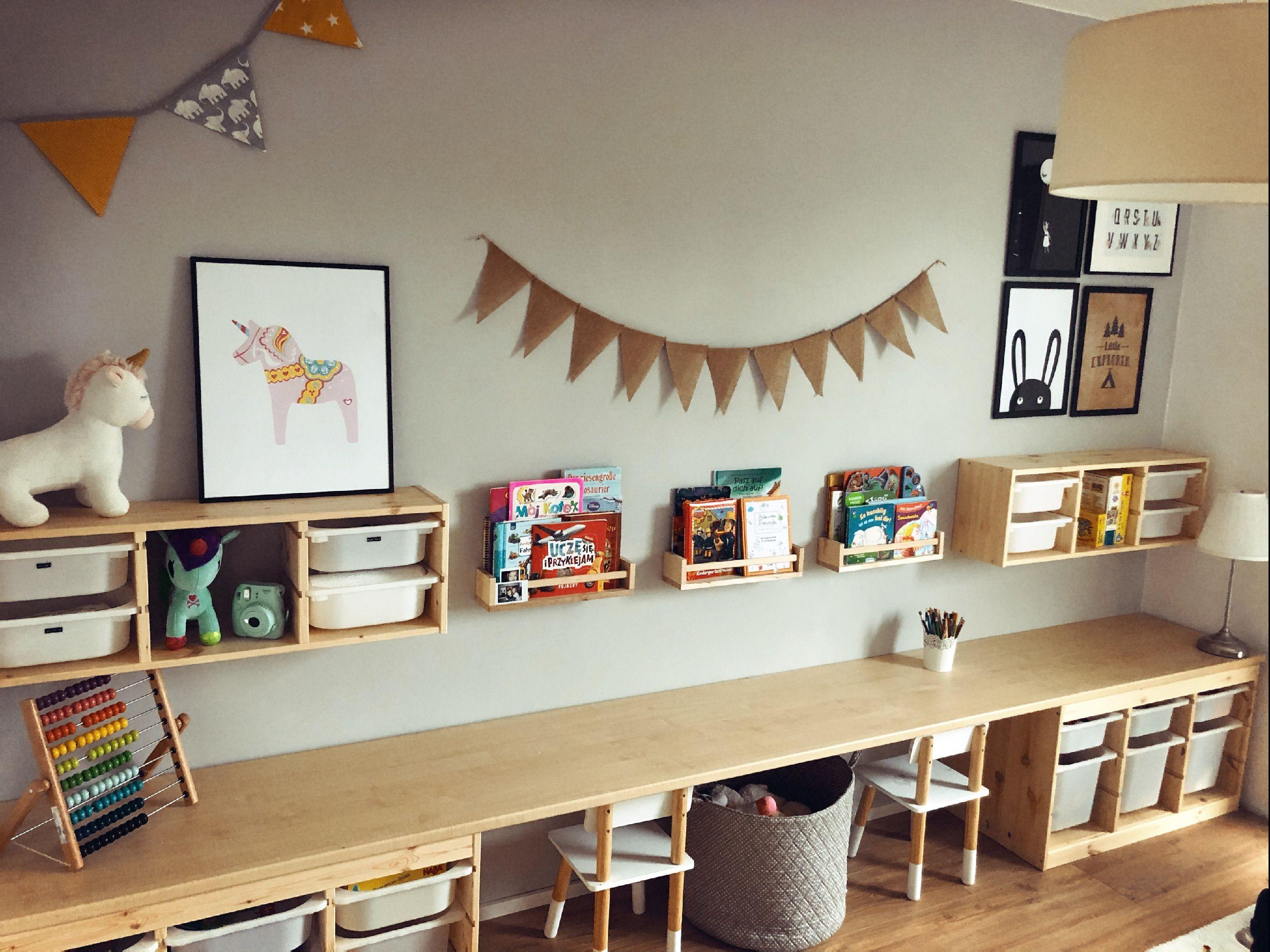 Spielzimmer Fur 2 Ikea Trofast Mit Schreibtisch In 2020 Kinder Zimmer Ikea Aufbewahrung Kinderzimmer Schreibtische Kinderzimmer