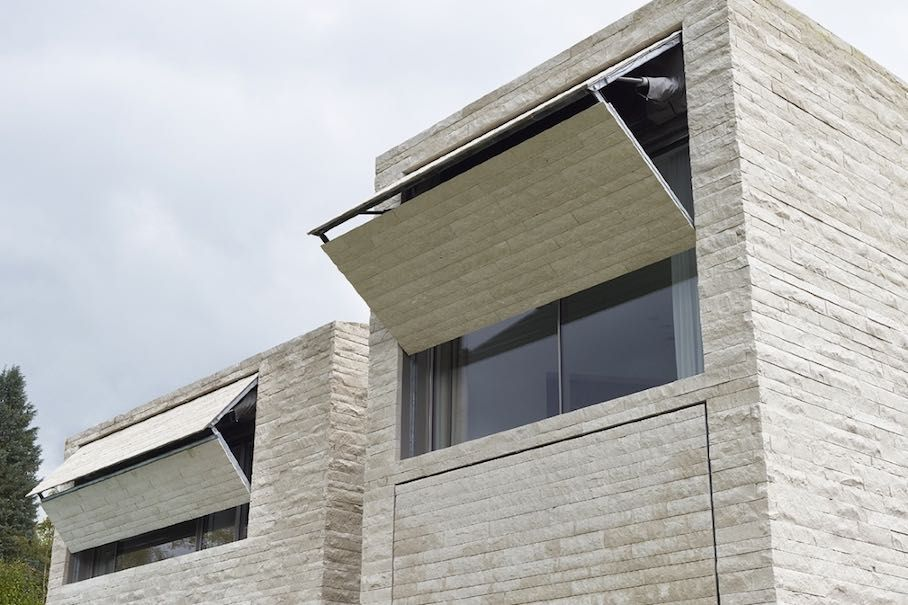 Wohnzimmer Fensterlaeden Konzept : Bewegliche fensterläden mit einer verkleidung aus naturstein