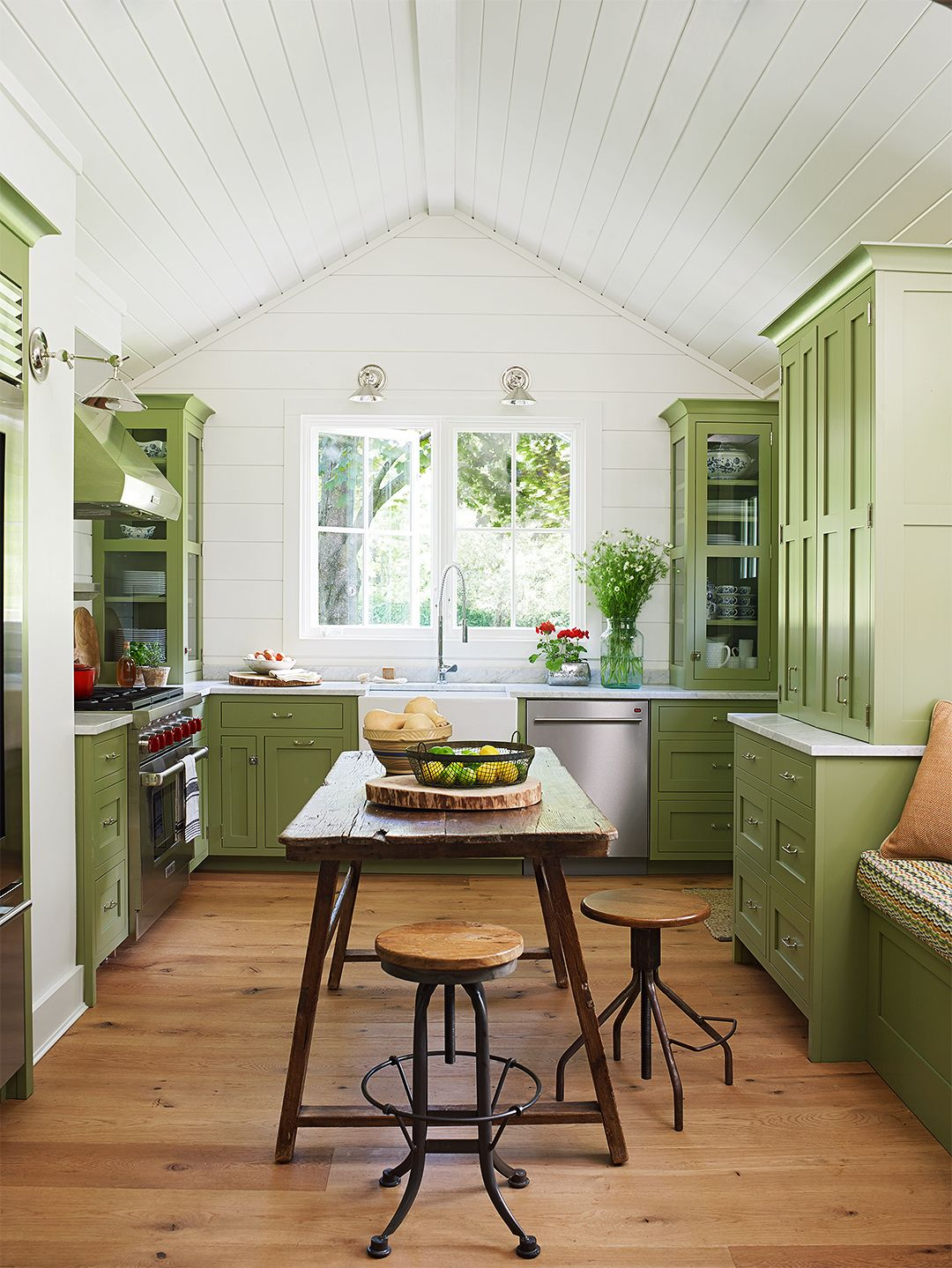 25 Beautiful Country Kitchens To Copy Asap Green Kitchen Cabinets Kitchen Cabinet Colors Cottage Kitchens