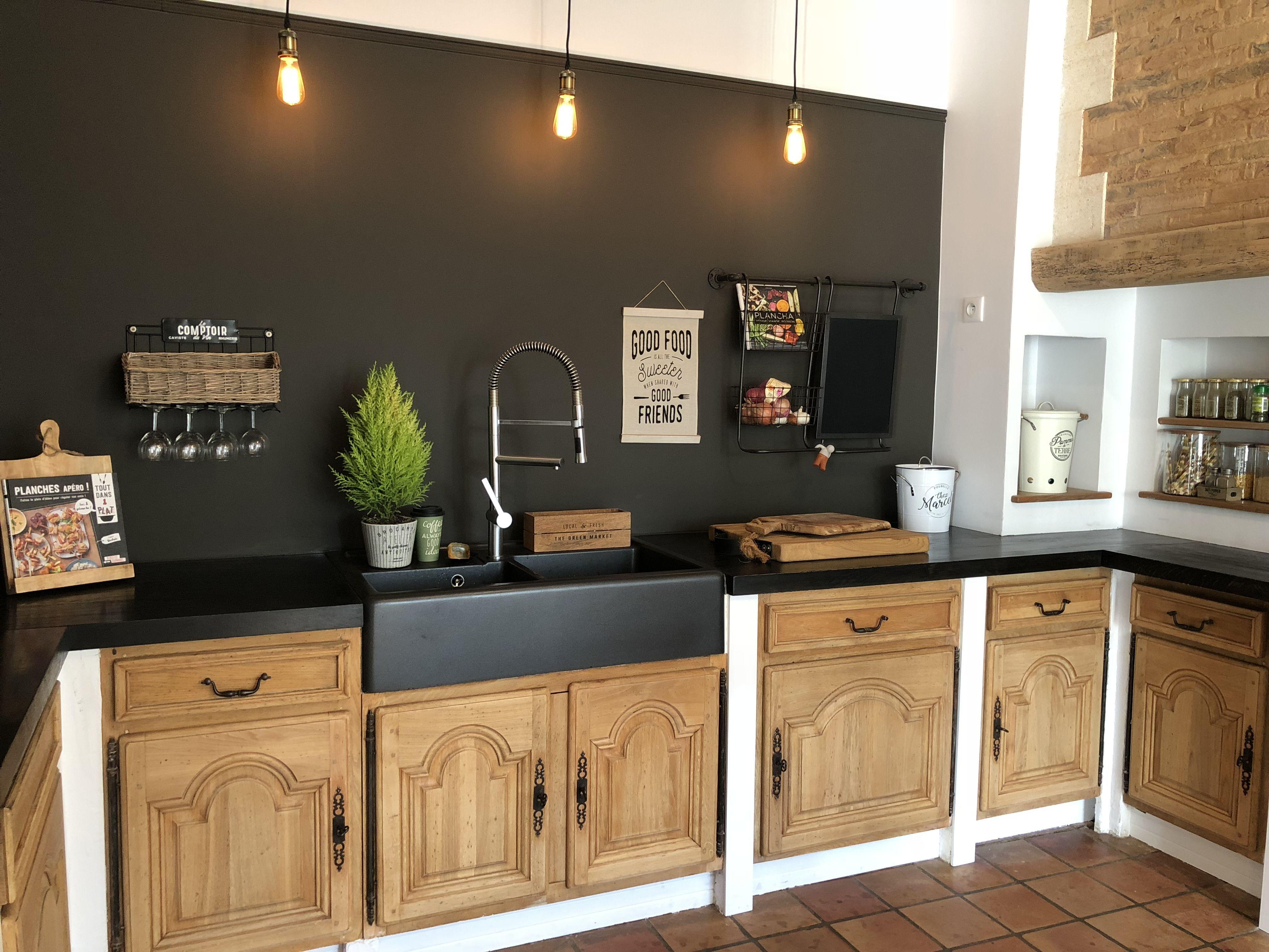 Cuisine Restauree Avec Des Meubles Ponces Redonnant L Aspect Du Bois Naturel Associes A Une Peinture Noir Meuble Cuisine Cuisine Rustique Mobilier De Salon