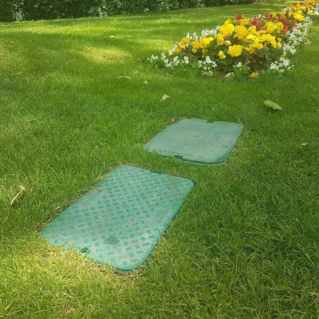 Unterirdische Wasser Verteilung Fur Die Automatische Garten Bewasserung So Kann Man Die Bewasserung Von Beet Und Rasen Outdoor Decor Outdoor Blanket Outdoor