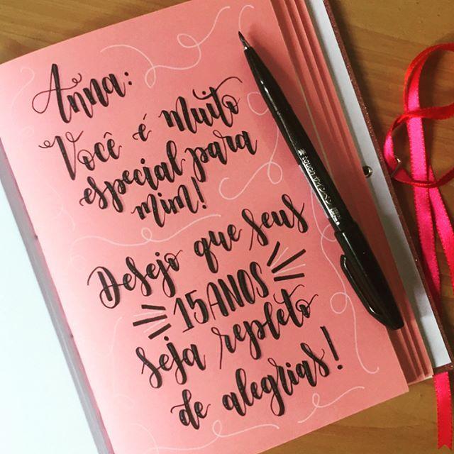 Um lindo caderno artesanal com dedicatória para uma aniversariante comemorando seus 15 anos! 💕  ...  💌 Quer encomendar um também? Me chama no direct!  ...  #lettering #letteringbr #tklettering #handlettering #brushpen #calligraphy #caligrafia #moderncalligraphy #caligrafiamoderna #cadernoartesanal #encadernacao #bookbinding #handmade #euquefiz #presente #aniversario #15anos #garota #menina