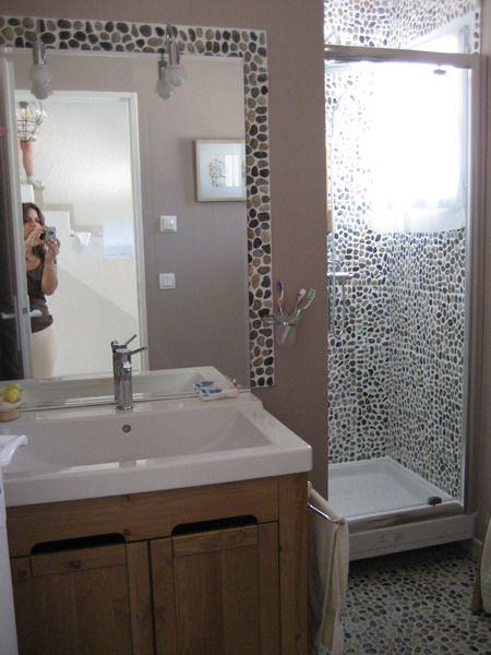 les galets sont omnipr sents dans cette salle de bain en frise au sol et au mur de la douche. Black Bedroom Furniture Sets. Home Design Ideas