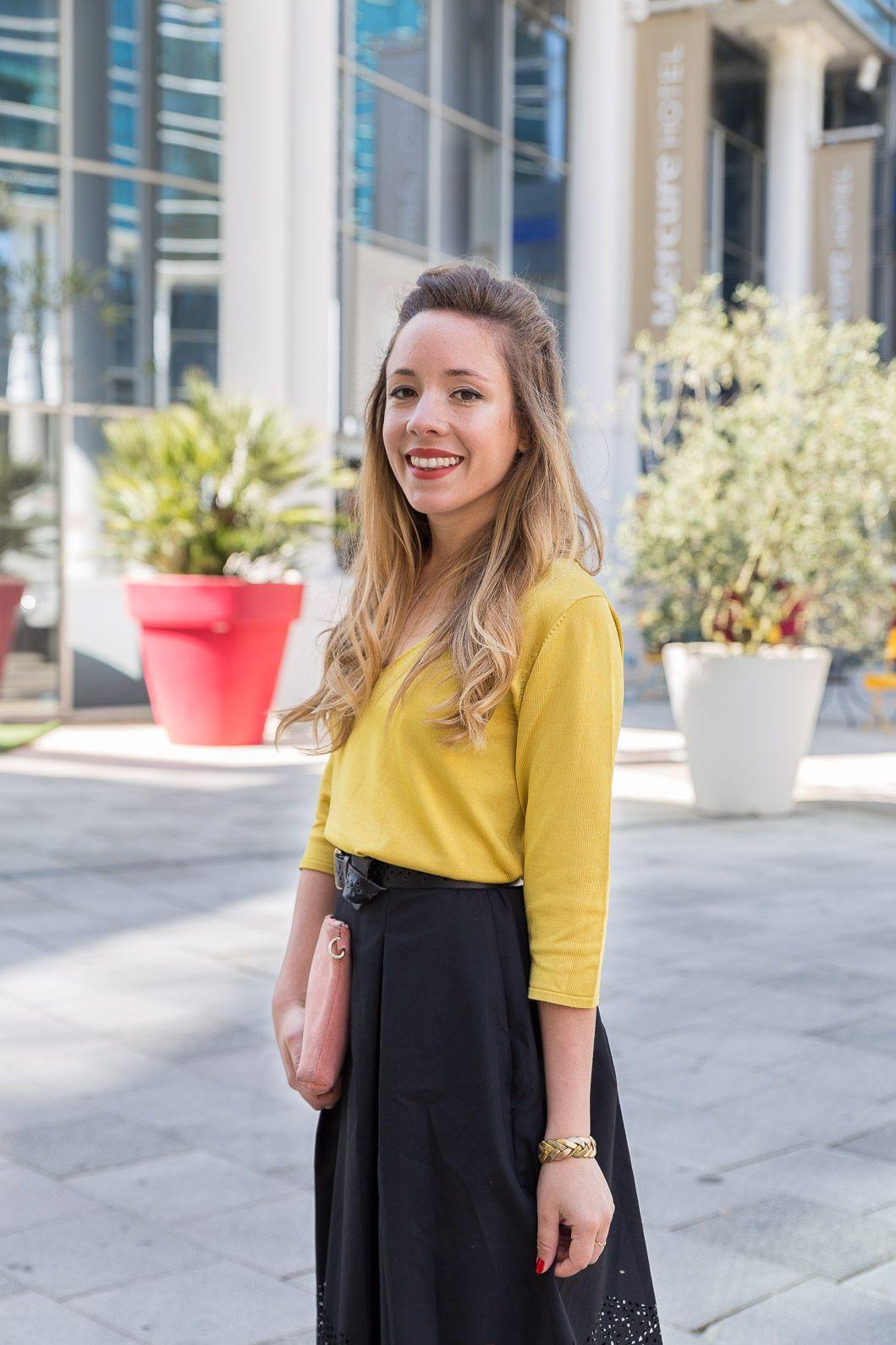jupe noire ajourée avec veste jaune