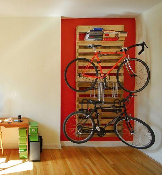 Etagere En Palette 19 Idees Originales A Copier Porte Velo Mural Etagere Palette Rangement Velo Appartement