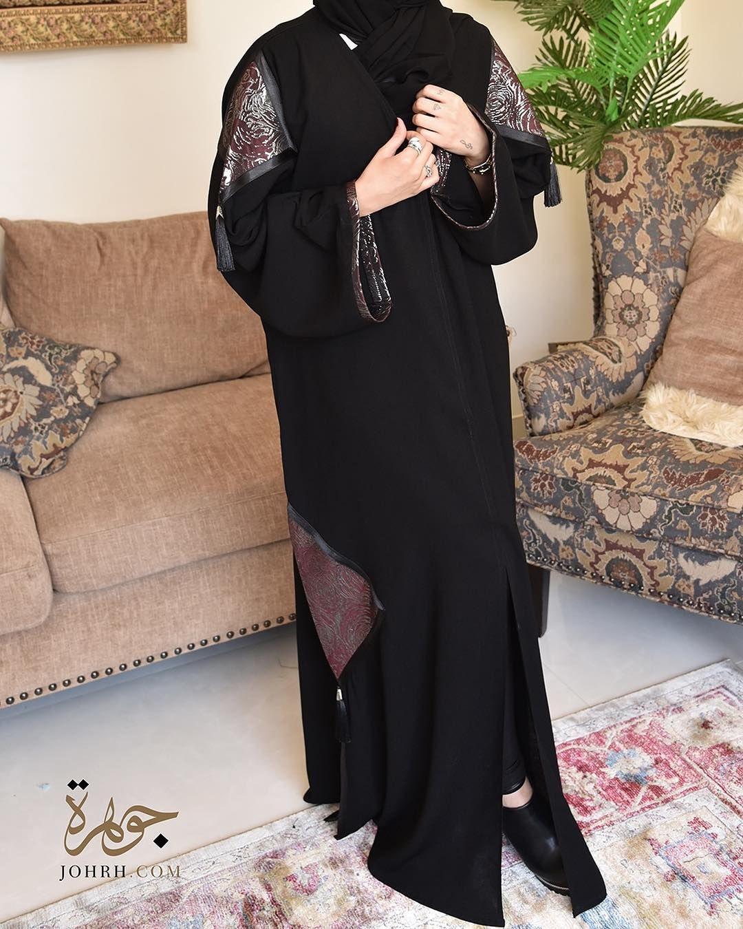عباية من قماش شموخ الأنيق وقصة كم مربعة يزينها تفته عنابية على شكل معينات في الأكمام وأسفل العباية ومرصعة بدندوشة تضفي لمسة ملفتة لت Maxi Dress Fashion Dresses