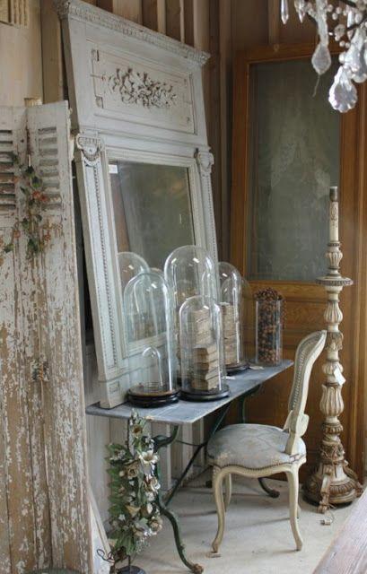Notare le campane di vetro che racchiudono vecchi libri