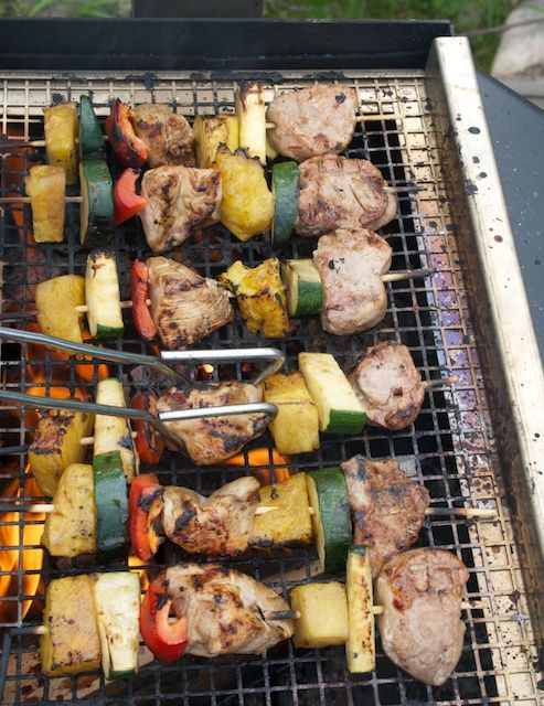 Hämmentäjä: Grilliruokaa: Hedelmäiset kana- ja lihavartaat. Fruity chicken and meat skewers, BBQ.