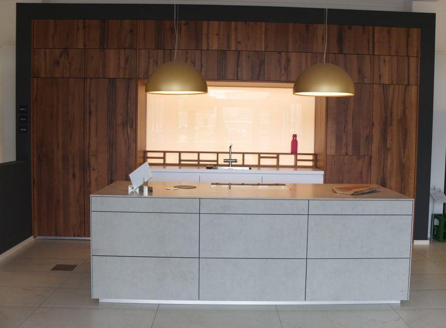 Next 125 Insel In Keramik Mit Keramikfronten Hochschraenke In Furnier Mit Beleuchteter Glasruckwand Kuchen Konzept In Glasruckwand Kuche Haus Kuchenstudio