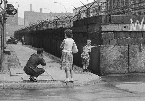 Thomas Hoepker - GERMANY. West Berlin. 1963. A man takes souvenir photos of his sons at the Berlin Wall near Bernauer Strasse. West-Berlin Wedding.