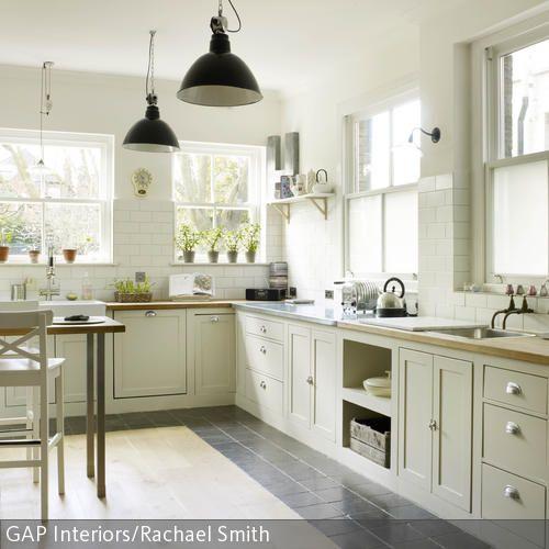 Rustikale Landhausküche mit Backsteinboden Küchenfronten - küche in dachschräge
