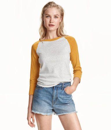 Camiseta de béisbol. Mustard yellow. Baseball shirt in soft jersey with  contrasting 3 4-length raglan cdeb961c0bfe