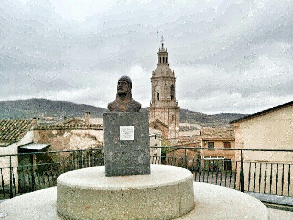 Villamayor de Monjardin.  Rey Sancho Garces I, rey de Pamplona y Deyo. Al fondo la iglesia de San Andrés.  Iniciabamos el ultimo tramo hacia Los Arcos