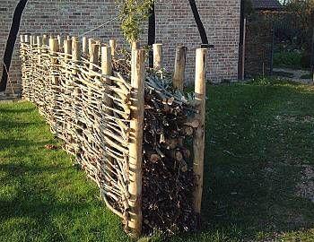 Hecke Aus Totholz Andere Ausfuhrung Ahnlich Einem Blendmauerwerk Arbeitet Immer Noch In Check More At Http 10ga Naturzaun Gartenzaun Ideen Garten