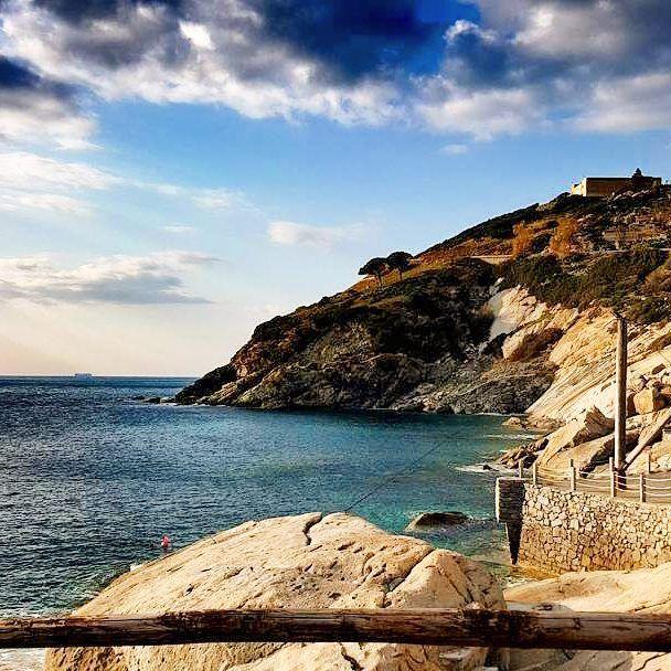 Semplicemente #pomonte frazione di #marciana nello scatto di @lagiulia14. Continuate a taggare le vostre foto con #isoladelbaapp il tag delle vostre vacanze all'#isoladelba.