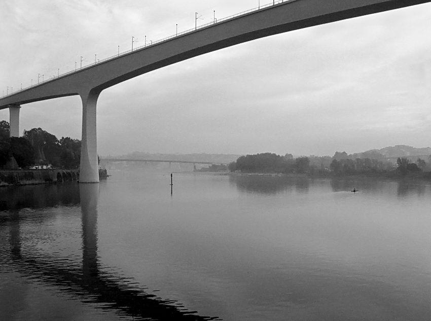 O Douro entre as cidades do Porto e Gaia, com as suas seis pontes, uma delas a de São João. O Barco Rabelo está associado a este rio pelo Vinho do Porto