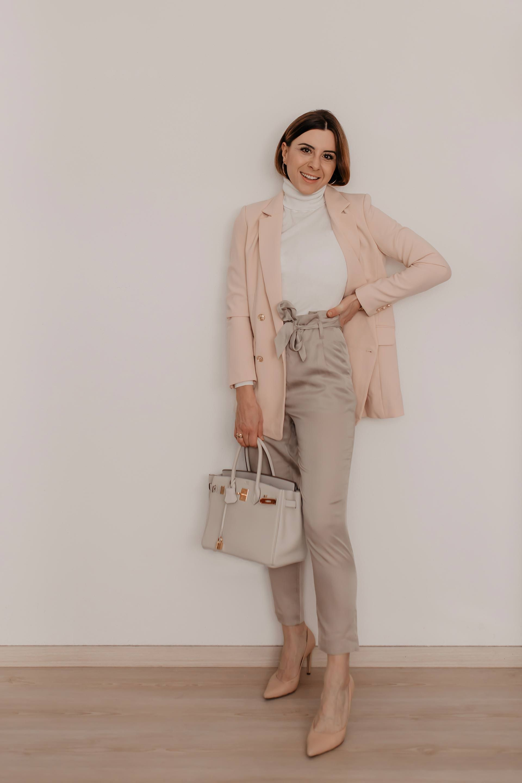 b09c9b51ab32a Wie kann man eine Paperbag Hose kombinieren? 5 Outfit-Ideen für ...