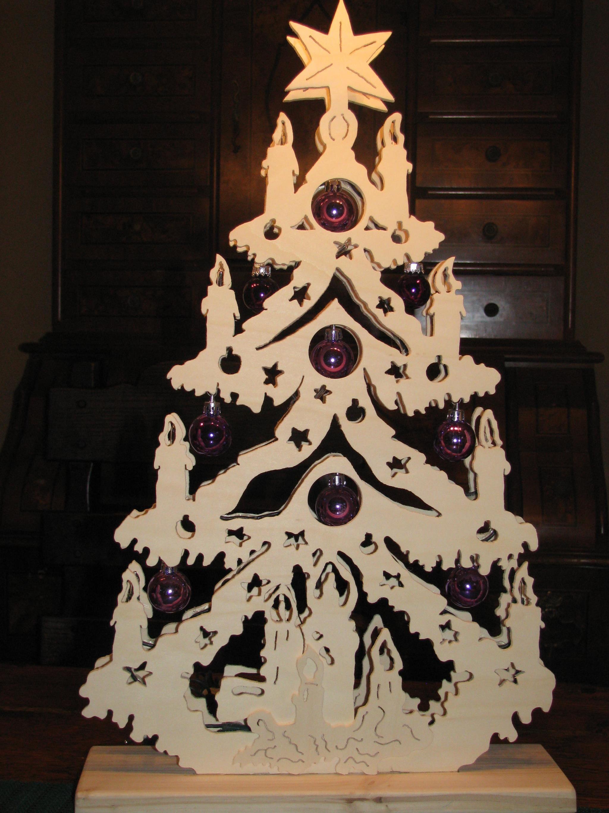 weihnachtsbaum aus holz beleuchtet erzgebirge wohn design. Black Bedroom Furniture Sets. Home Design Ideas