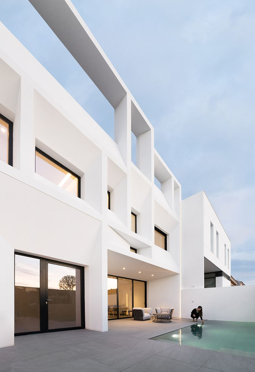 9308b3b943ef6d2956c1d63a077426f1 ruben muedra's brise soleil house uses geometric features to  at virtualis.co