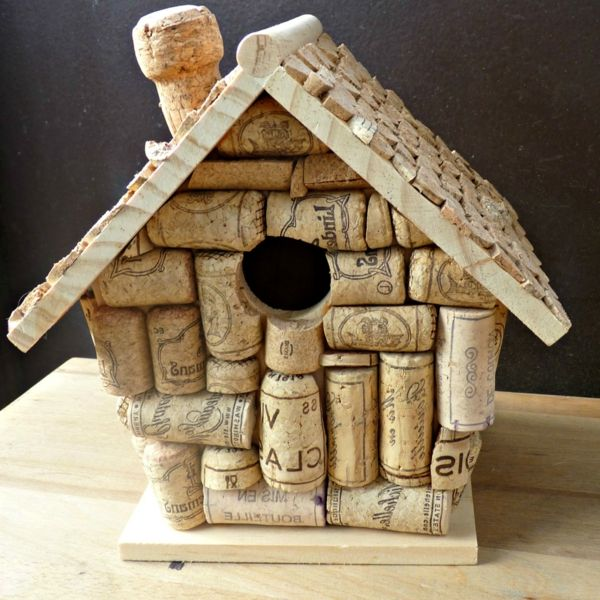 Vogelhaus Selber Bauen vogelhaus selber bauen aus korken auf den tisch stellen garten und