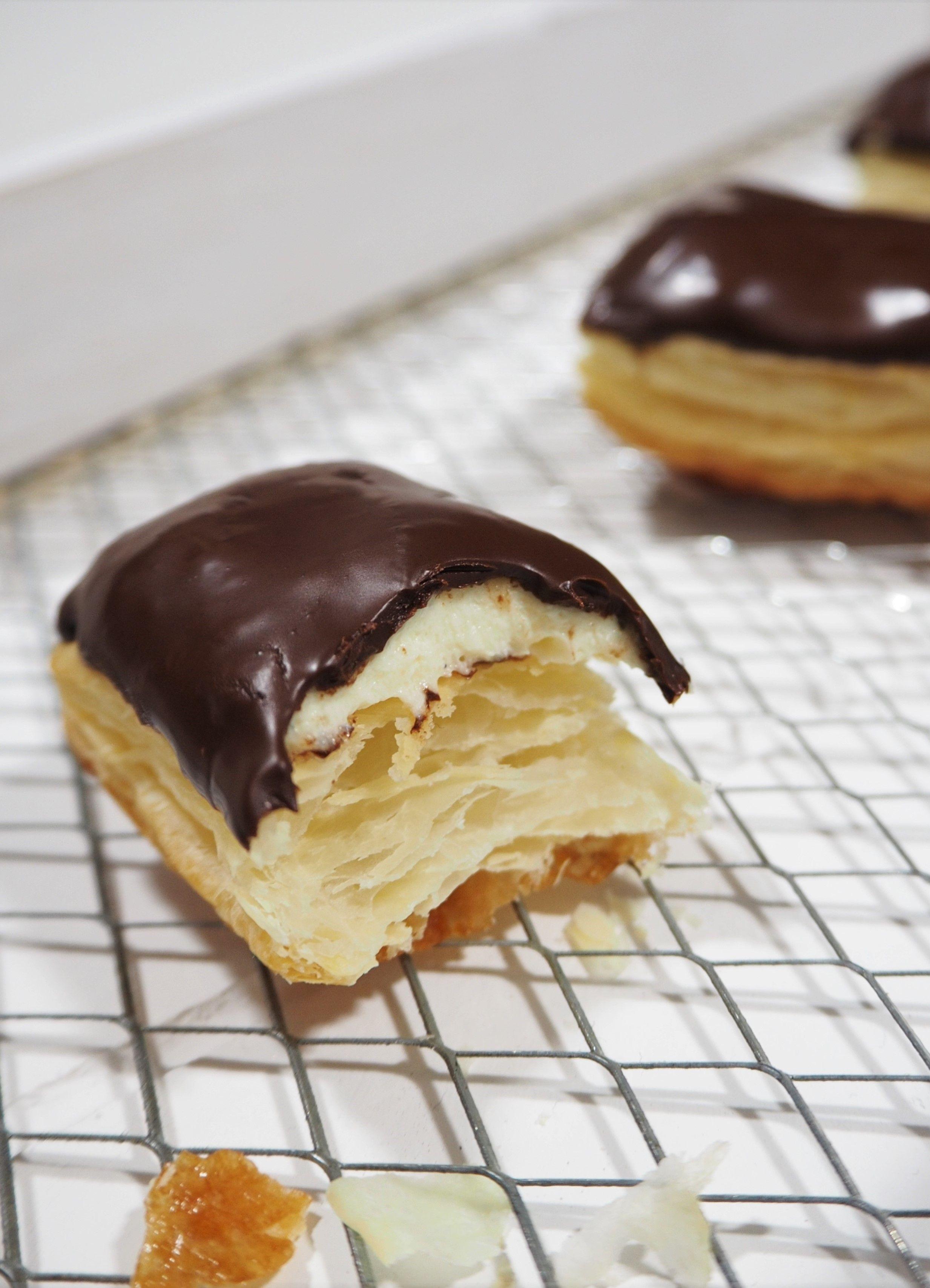 bl tterteig mit einer vanillecreme und schokolade ergeben leckere teebl tter kuchen cake. Black Bedroom Furniture Sets. Home Design Ideas