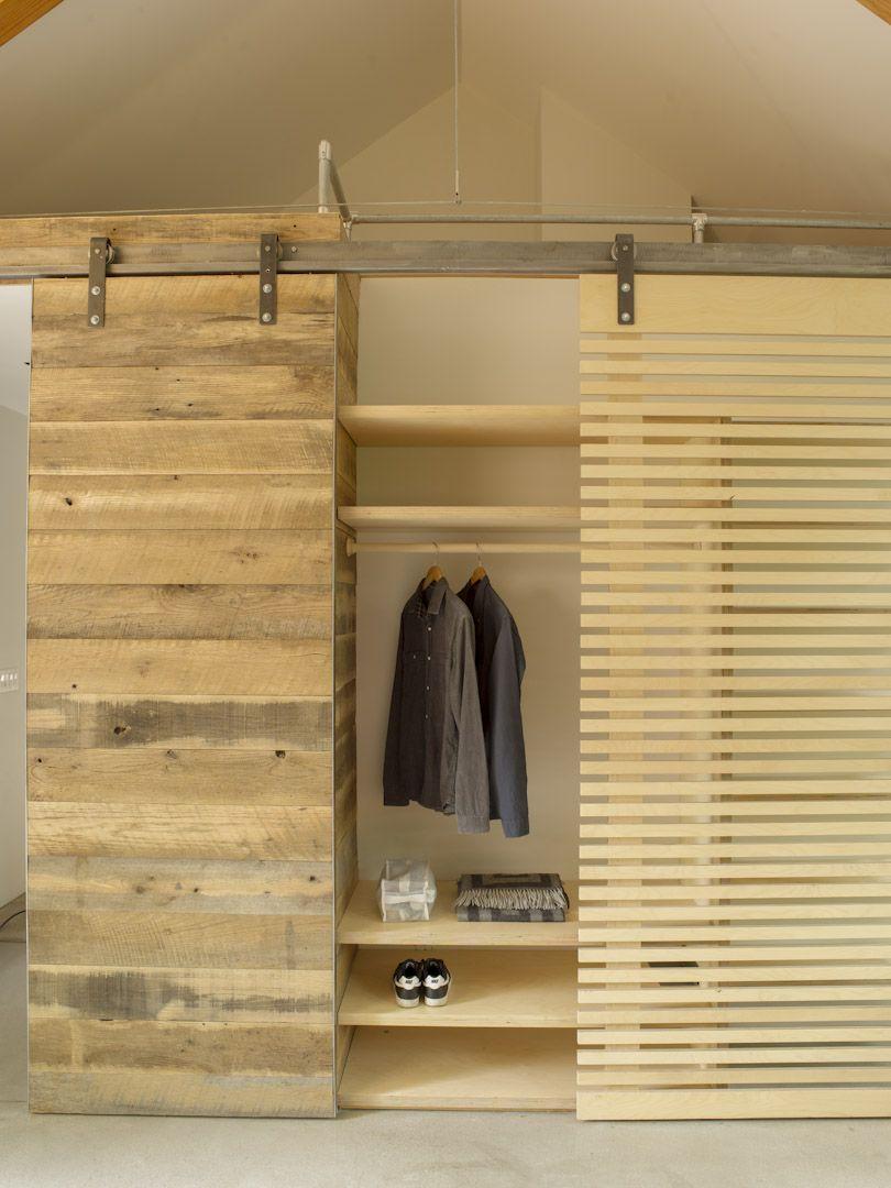 dressing derri re une porte en bois ajour e mode. Black Bedroom Furniture Sets. Home Design Ideas