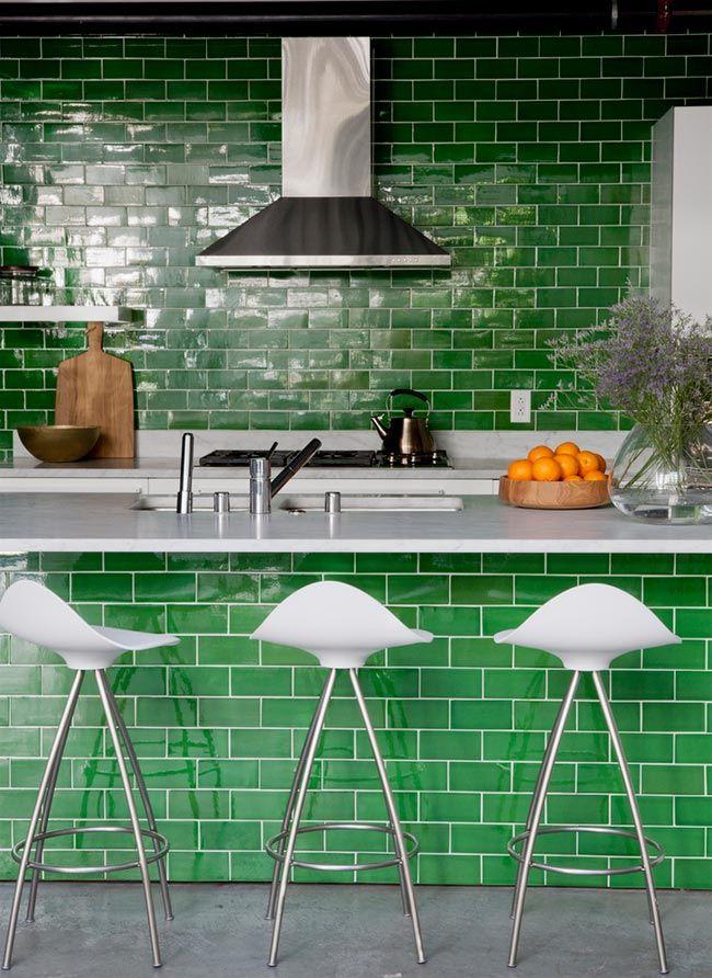 8 cocinas con azulejos verdes esmaltados · 8 green tiled kitchen