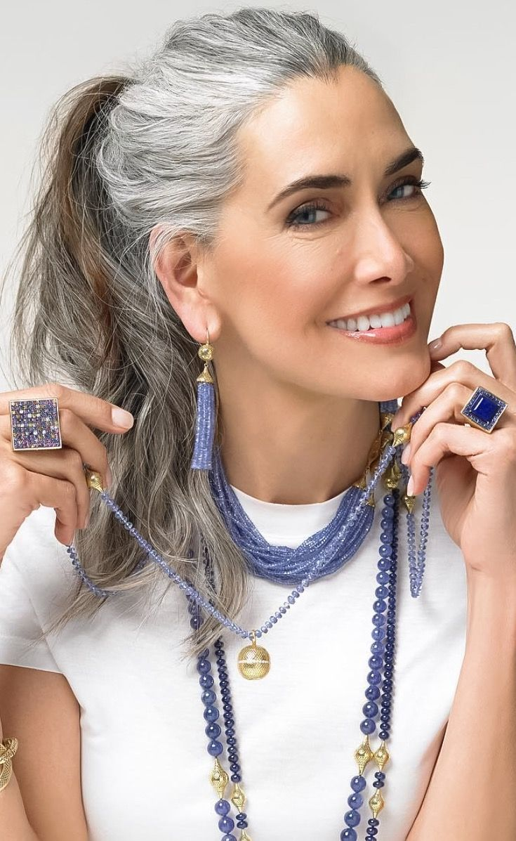 Fabulous silver and brown hair. Looks amazing! #ageless #beauty ...