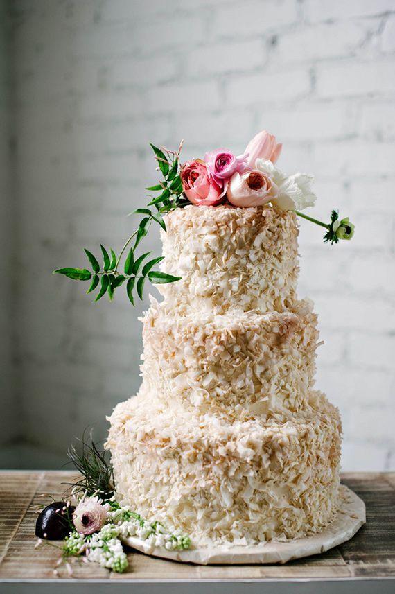 Hochzeitstorte dreistöckig mit echten Blumen