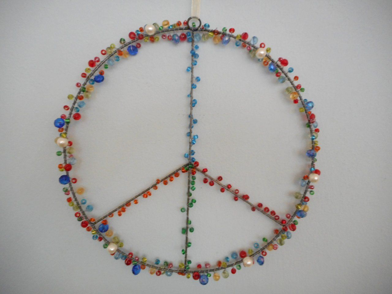Peacezeichen mit bunten Perlen Fensterdeko 20 cm | Fensterdeko, Bunt ...