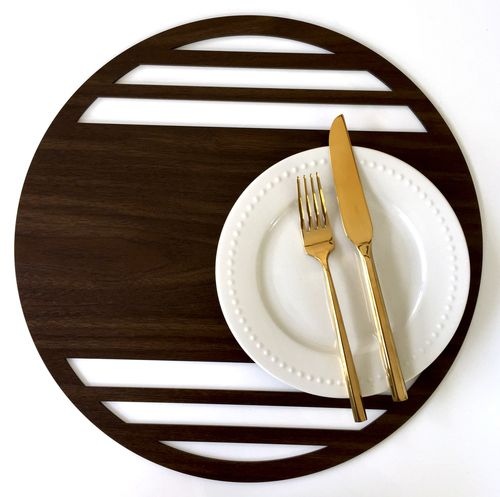 The Bond placemat in laser cut woodgrain, makes entertaining and tabletop decoration easy and modern. Also available in silver, gold and rose gold.