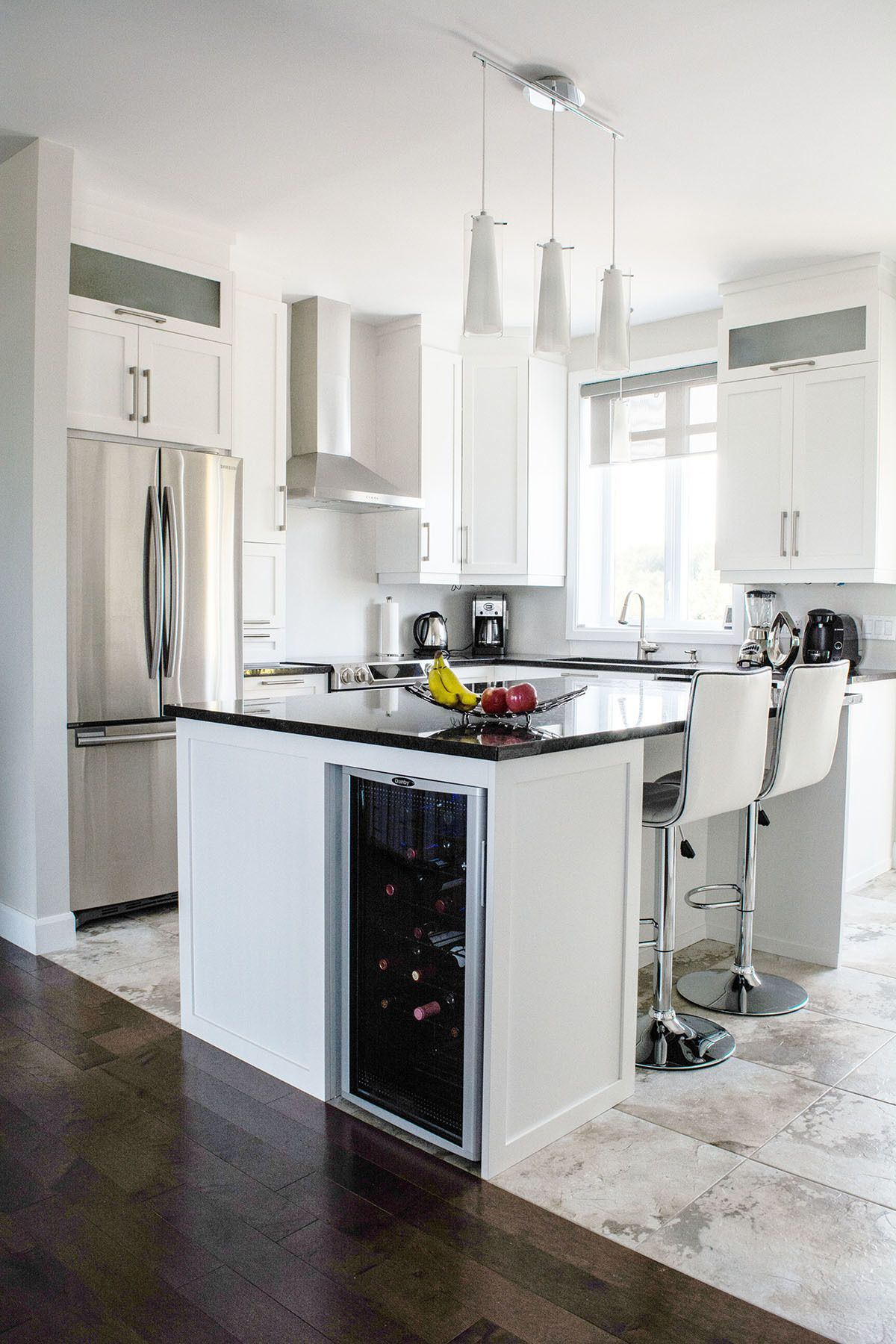 Cuisine contemporaine avec panneaux d 39 armoires en polyester blancs de style shaker tr s - Meuble shaker ...