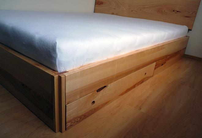 CHRISTOPH KILTZ — SCHREINERMEISTER Bett mit kreuzförmigen Verbindungselementen aus Esche und herausnehmbarer Klappe