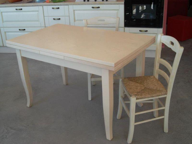 Tavolo allungabile in legno avorio decapato con sedie with come decapare un tavolo - Decapare un tavolo ...
