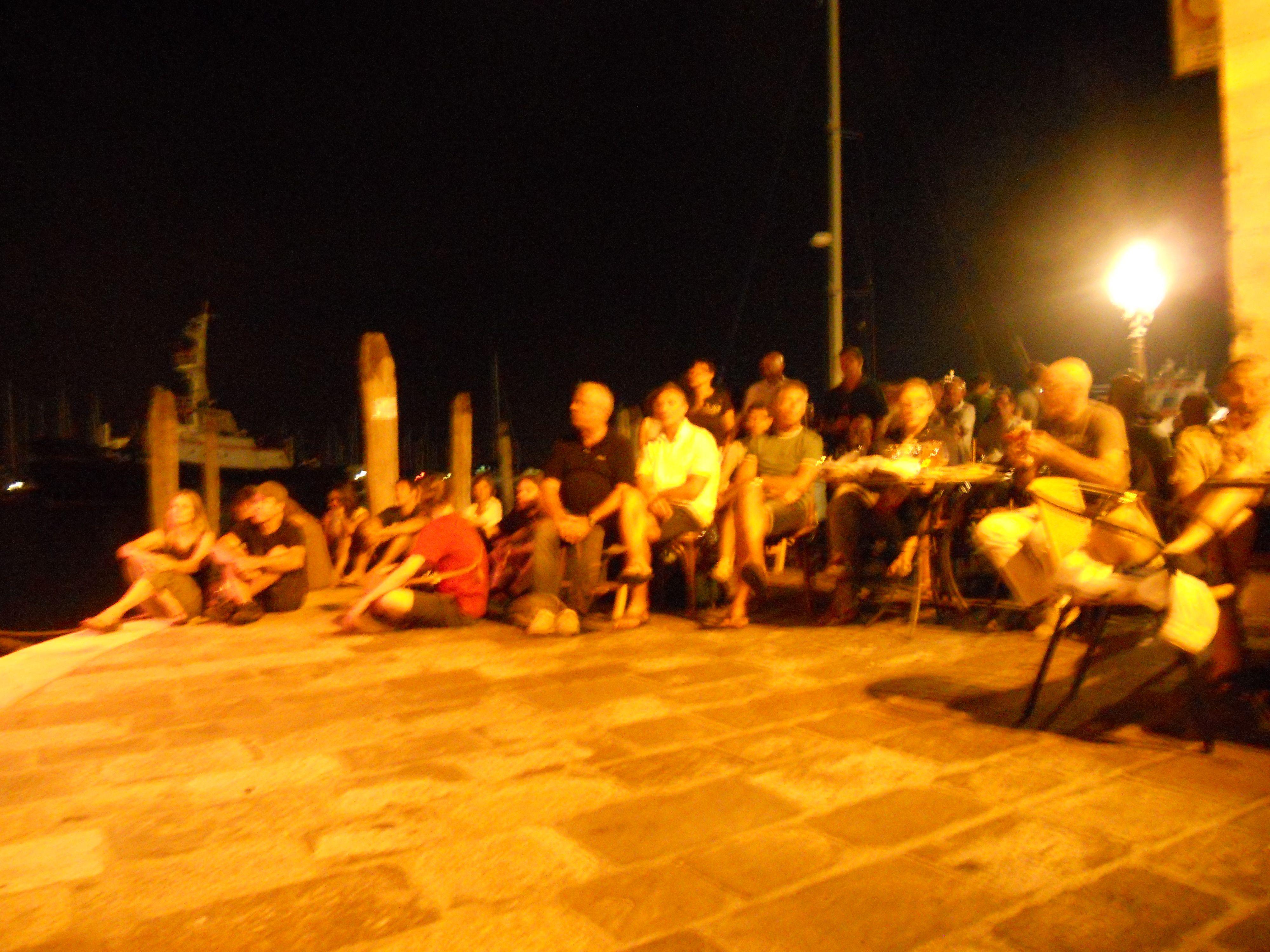 studenti ascoltano sulla riva