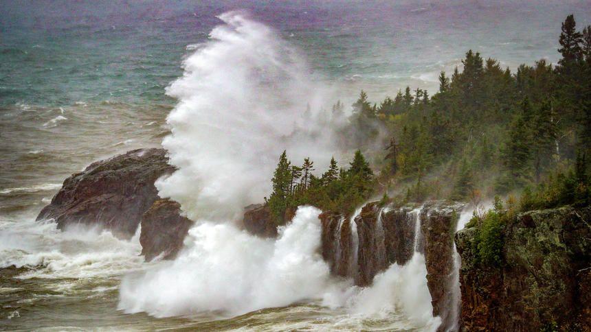 Large Waves On The North Shore Duluth Mn News Tribune Nature Backgrounds Large Waves Natural Landmarks