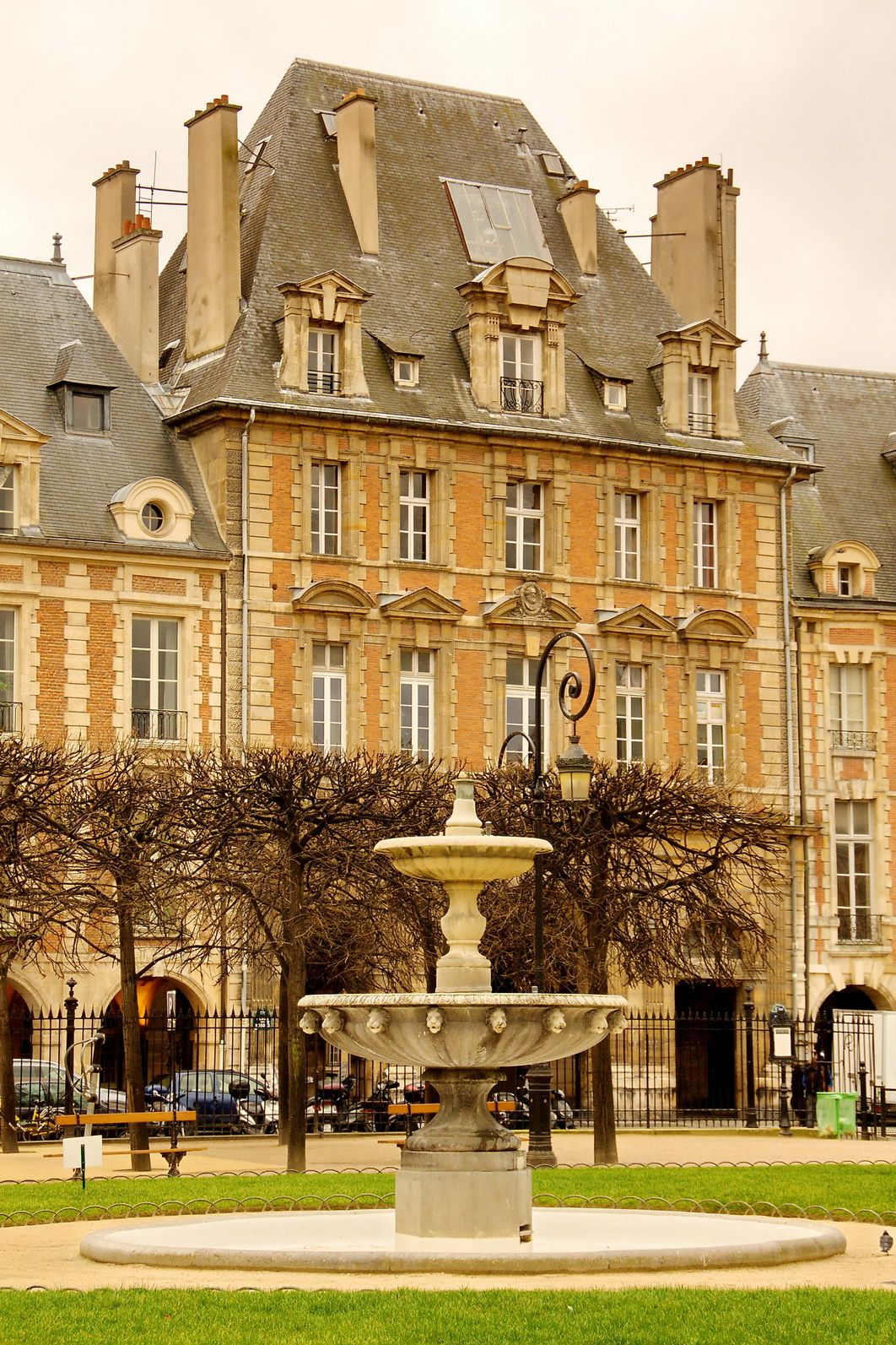 place des vosges le marais paris iv me places in 2019. Black Bedroom Furniture Sets. Home Design Ideas